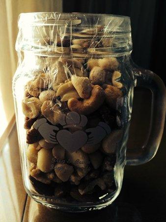 Omni Charlotte Hotel: Mug O' Nuts