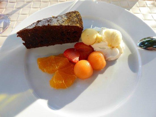 Restaurant Röessli: Auch das Dessert ist selbstgemacht : Schokoladenkuchen mit Eis und Früchten