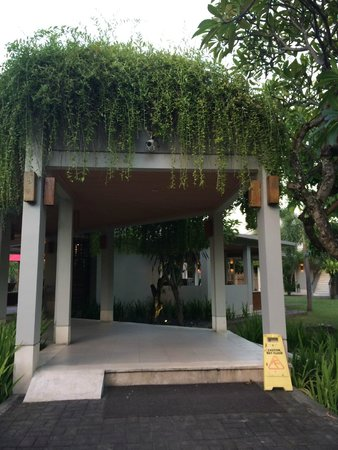 Dewi Sri Hotel: Entrance