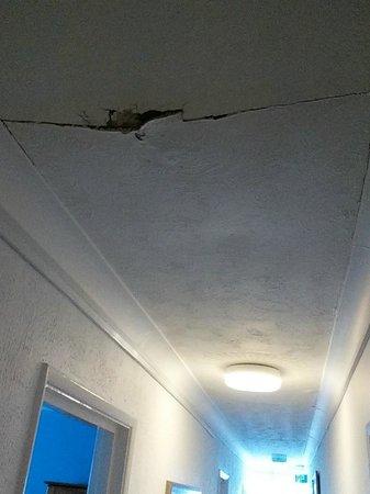 Marina Bay Hotel: Hallway ceiling