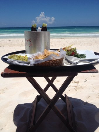 Nueva Vida de Ramiro : Lunch on the beach everyday! :)