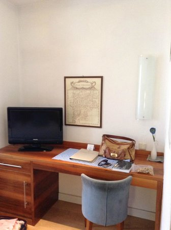 Hotel Europa Splendid: TV and writing desk in our room