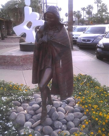 Old Town Scottsdale: Bronze statue of girl