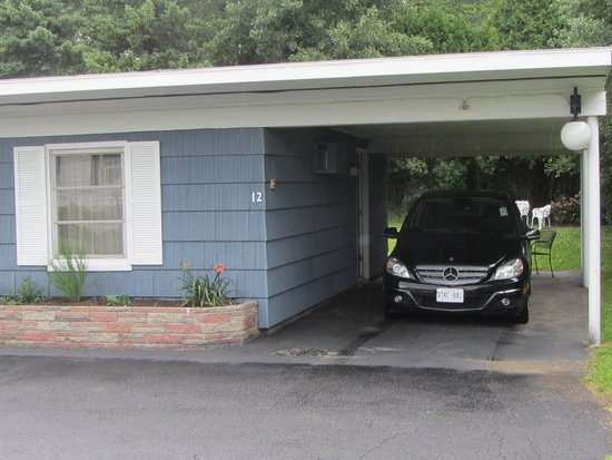 Whispering Winds Motel: Even our car had a room for the night!