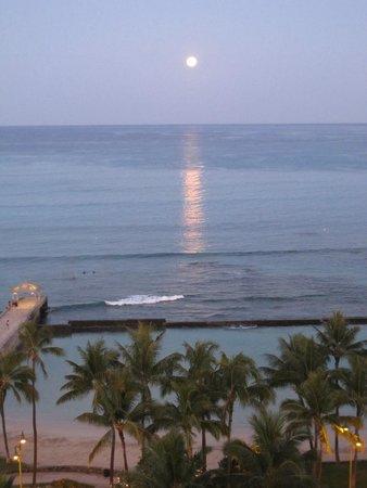 Park Shore Waikiki: Moon over Waikiki from my balcony (pre-dawn)