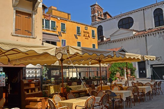 Hotel Ala - Historical Places of Italy: Courtyard
