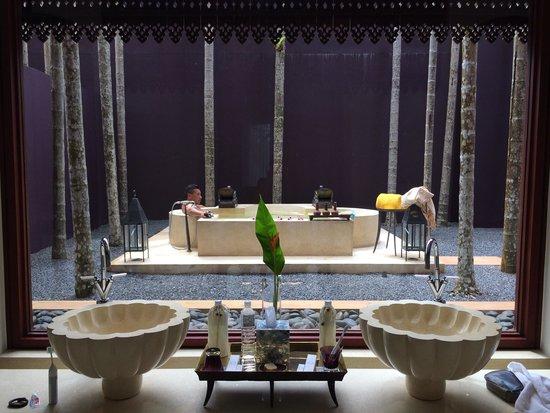 Phulay Bay, A Ritz-Carlton Reserve: Outside bath... DELICIOUS!!!