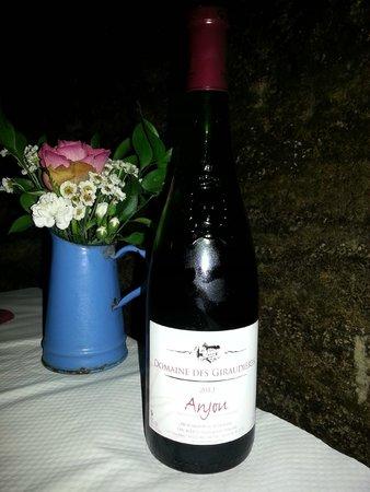 Les Caves de la Genevraie : le vin rouge qui accompagne le repas
