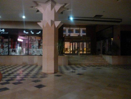 Tej Marhaba Hotel : Empty Shopping Complex - Strange?