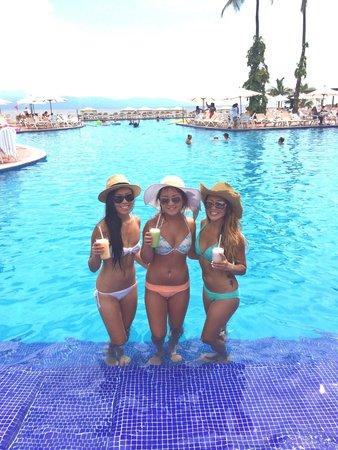 Velas Vallarta : Delicious drinks at the pool!