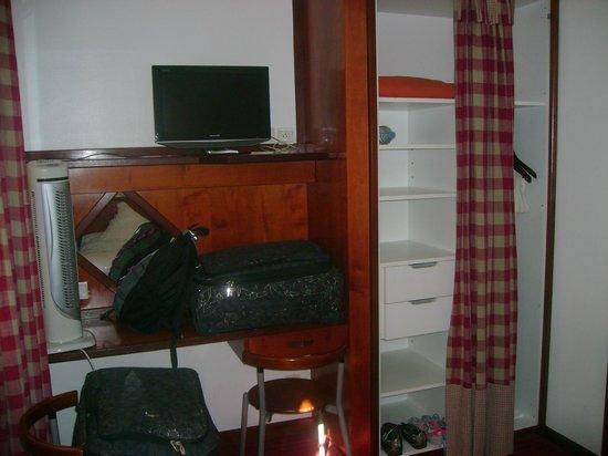 Suisse Hotel: Armário e bancada