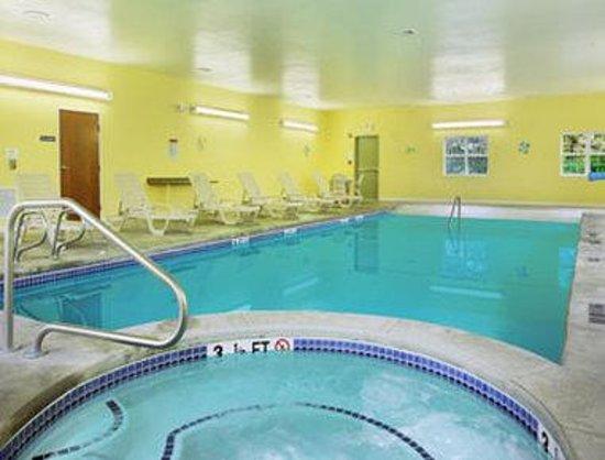 Microtel Inn & Suites by Wyndham York: Pool