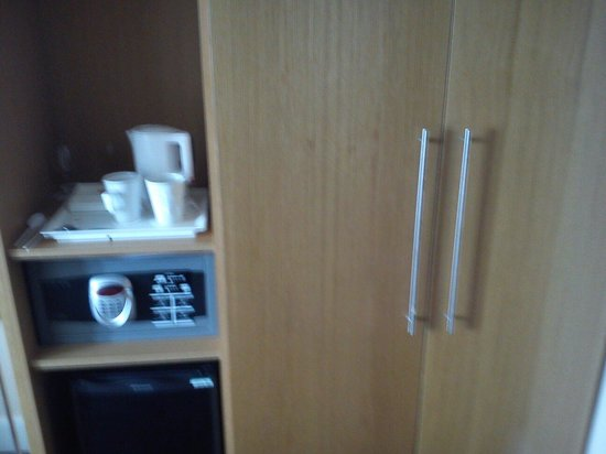 Holiday Inn Birmingham City Centre: Safe comes free, spacious wardrobe, tea, milk and sugar provided with cups and spoons and of cou