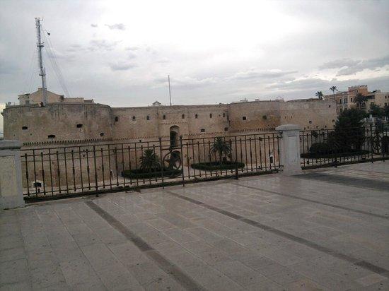Castello Aragonese : Vista frontale da Corso Due Mari
