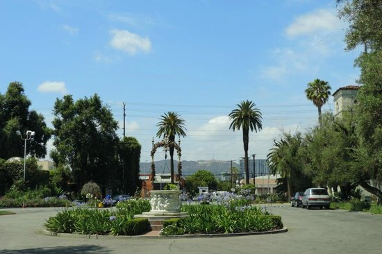 Hollywood Forever Cemetery: Entrance and Hollywood Sign