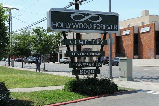 Hollywood Forever Cemetery: Entrance