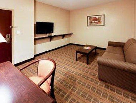 Hawthorn Suites by Wyndham: King Living Room