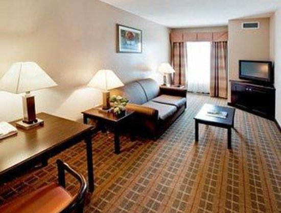 Hawthorn Suites by Wyndham: Double Living Room