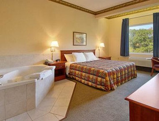 Days Inn by Wyndham West Liberty: Jacuzzi Suite