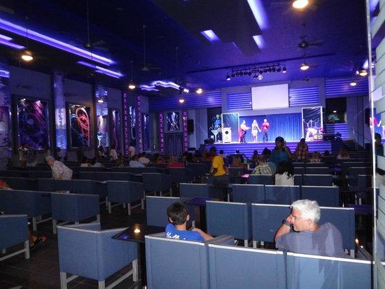 Hotel Riu Caribe: Night time entertainment