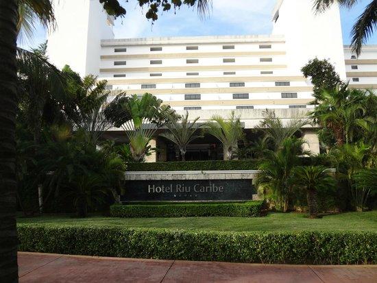 Hotel Riu Caribe: Front of Hotel