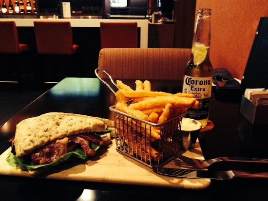 Hilton Mississauga/Meadowvale: Lunch in the lounge