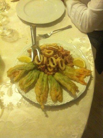 Trattoria Dalla Nana : Fiori di zucca in tempura e anelli di totano