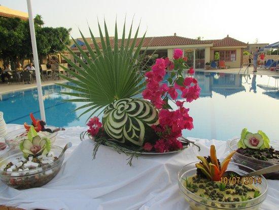 Lavris Hotel Bungalows : buffet til græsk aften