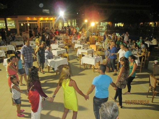 Lavris Hotel Bungalows : fællesdans til græsk aften