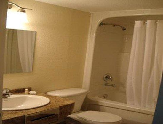 Knights Inn Orillia : Bathroom