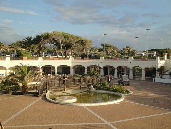 La Plage Noire Hotel & Resort : laghetto con acqua color verde melma dove nascono milioni di zanzare e negozi chiusi dietro