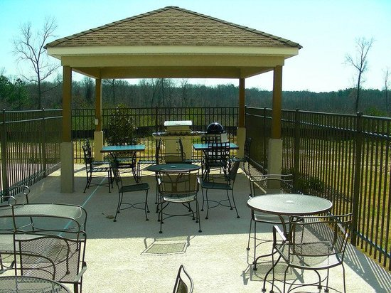 Candlewood Suites Macon: Gazebo Area with grilling