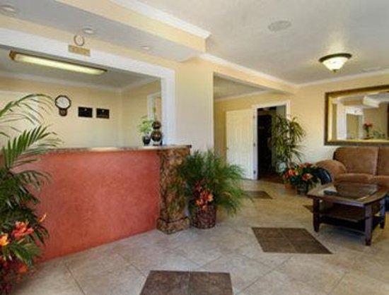 Super 8 Colorado Springs/Chestnut Street: Lobby