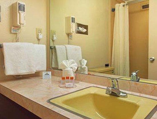 Days Inn Kittery: Bathroom