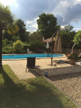 Bernos-Beaulac, France : Beautiful pool and lawn area to the left
