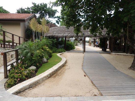 Sandals Ochi Beach Resort: Walkway at Neptunes/Kimonos