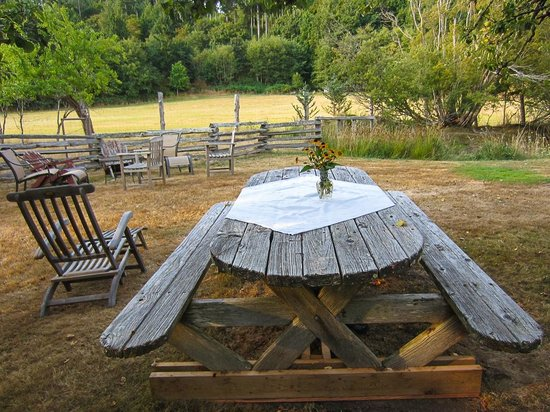 Corbett House Country Inn: Garden chairs for guests