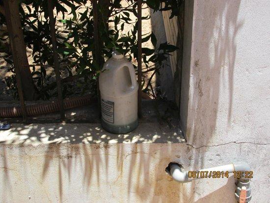 4S Hotel: Bottle of poison in corridor