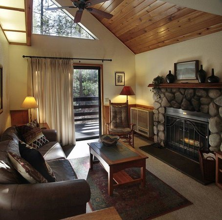 Quiet Creek Inn : Suite cabins boast a living room with high celings