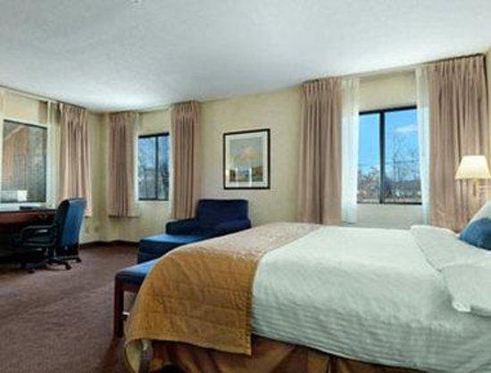 Baymont Inn & Suites Louisville South I 65: Suite