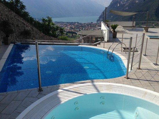 Acetaia del Balsamico Trentino Bed & Breakfast: Aussicht und Pool