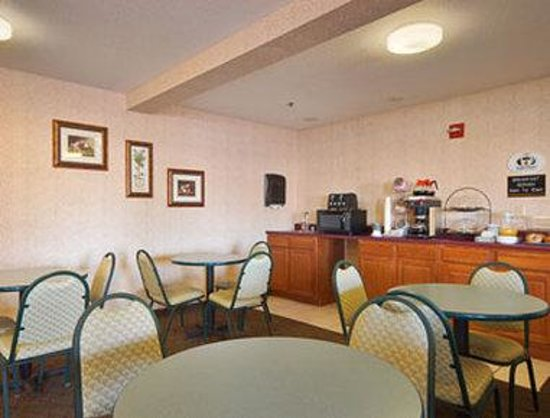 Super 8 Yorkville: Breakfast Area