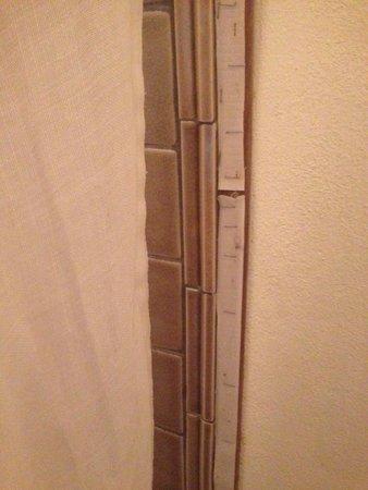 El Meson Hotel: Nada estetico el velcro para pegar la cortina de la regadera