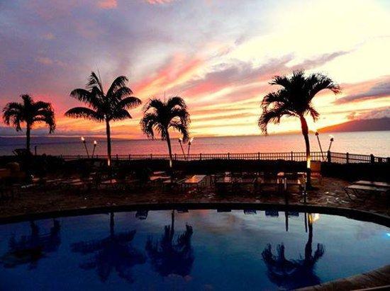 Hololani Resort: Hololani Pool at Sunset - breathtaking!