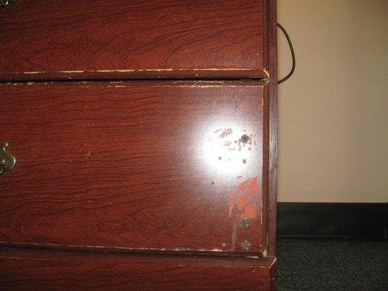 InTown Suites Chesapeake/Battlefield : Junk furniture