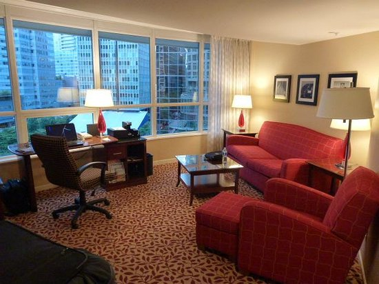 Vancouver Marriott Pinnacle Downtown Hotel: living area of our suite on the 5th floor