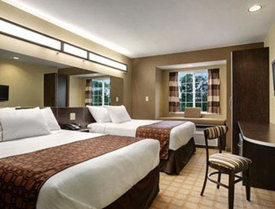 Microtel Inn & Suites by Wyndham Prairie du Chien: Standard Two Queen Bed Room