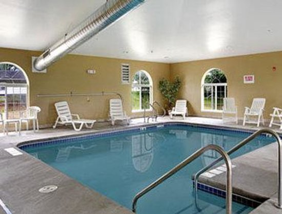 Microtel Inn & Suites by Wyndham Prairie du Chien: Pool