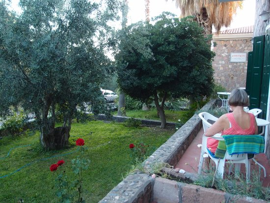 Amfitriti Hotel: smal terrasse