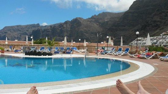 Stil Hotel Sensimar Los Gigantes : Relaxing at the quiet pool